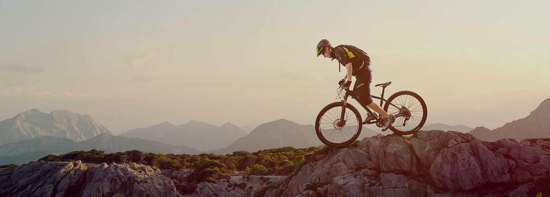 Ciclista en la cresta de una montaña, con protecciones