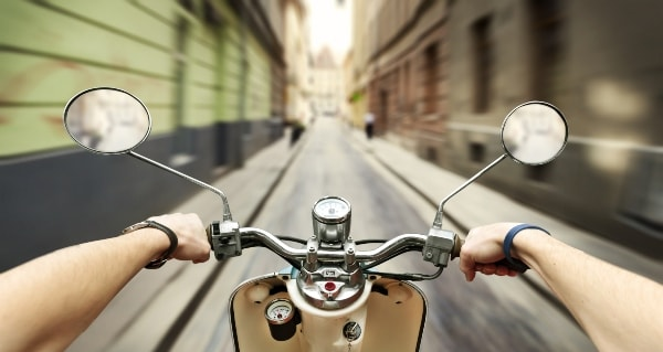 Imagen en primera persona, una persona conduciendo una motocicleta en una calle