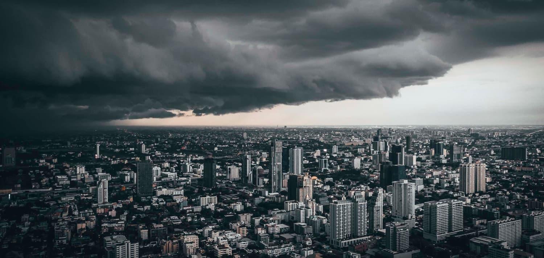 Ciudad cubriéndose por nubes negras densas